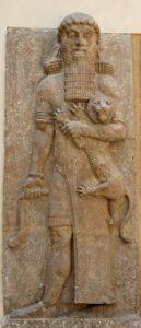 Herói segurando um leão - baixo-relevo da fachada da sala do trono, palácio de Sargon II - Dur Xarruquim, Corsabade